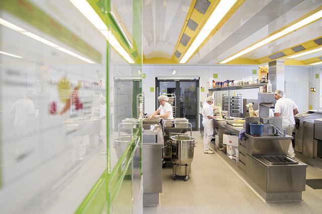 Blick in die Küche, Mitarbeiter am Arbeiten